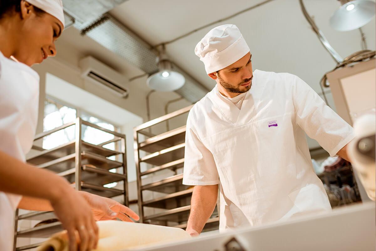 Empleados de Airos haciendo productos sin gluten