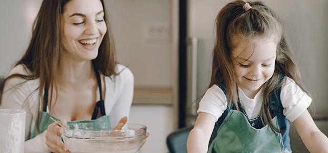 Familia feliz haciendo recetas sin gluten